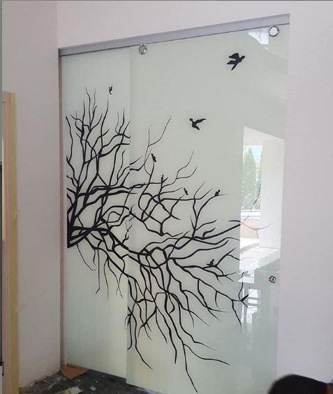 Стеклянная дверь с узорами