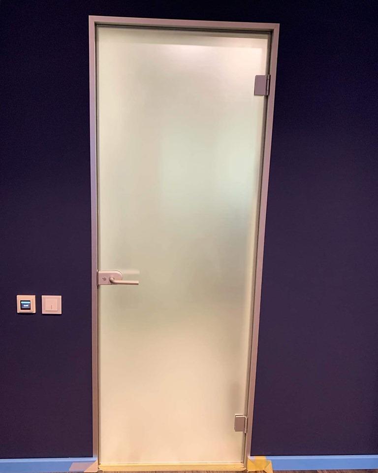 Ապակե դուռ