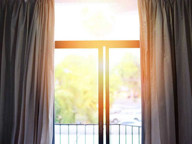 Как закрыть окна от солнечных лучей